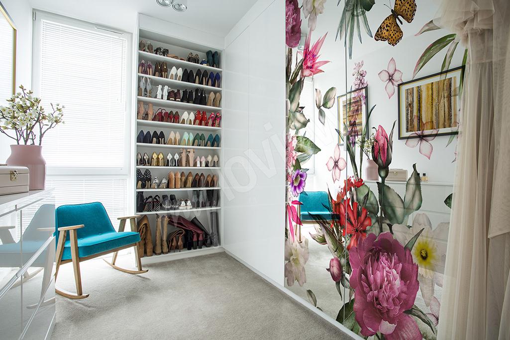 Kwiatowa naklejka na szklane drzwi szafy