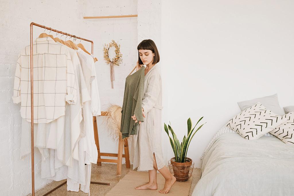 Minimalistyczna garderoba w sypialni