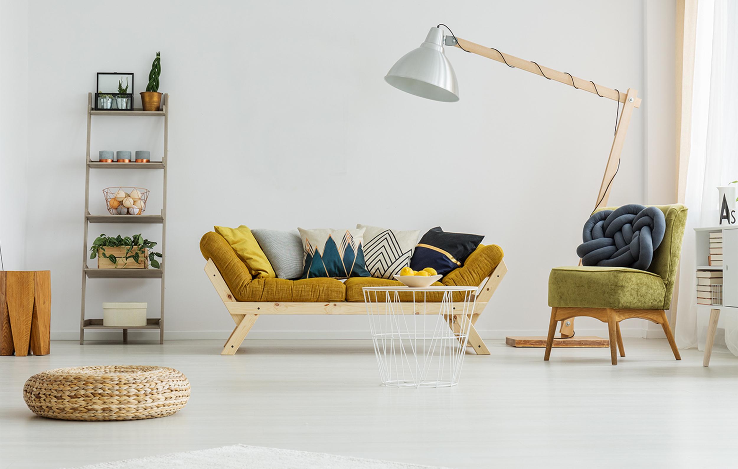 Musztardowa sofa w minimalistycznym salonie