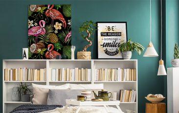 Półka z plakatami w sypialni