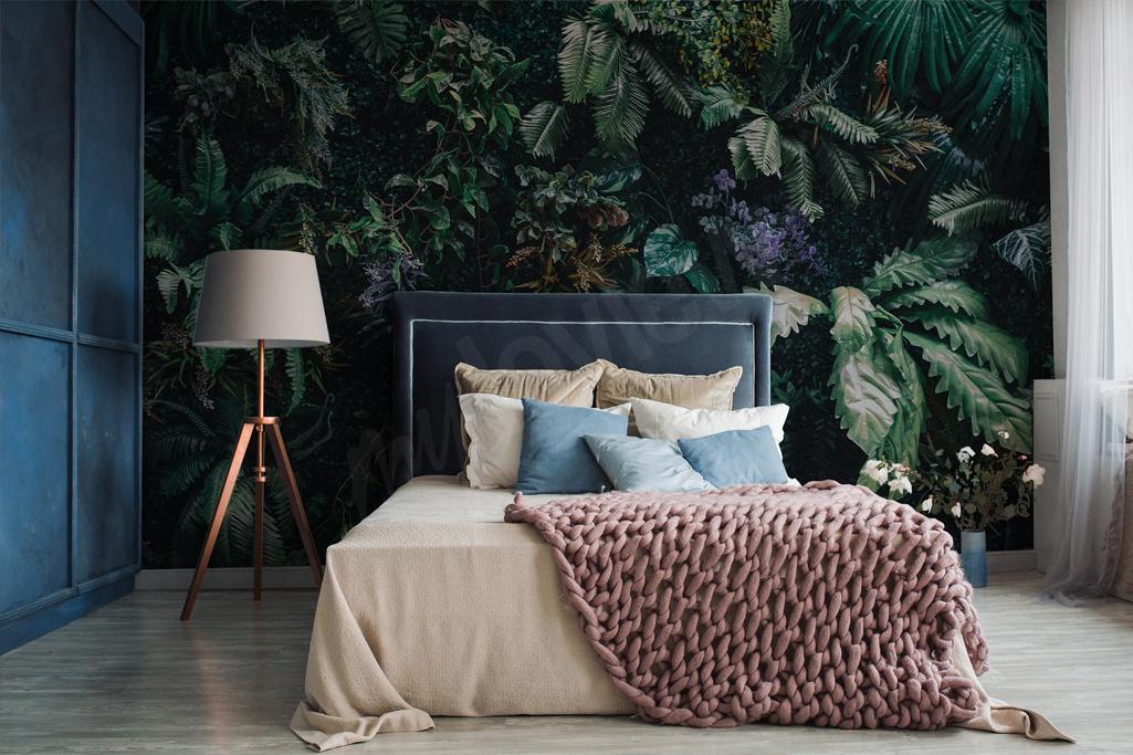 Fototapeta z egoztycznymi liśćmi świetnie sprawdzi się w sypialni. Zielony motyw wpasuje się w niemal każdą aranżację