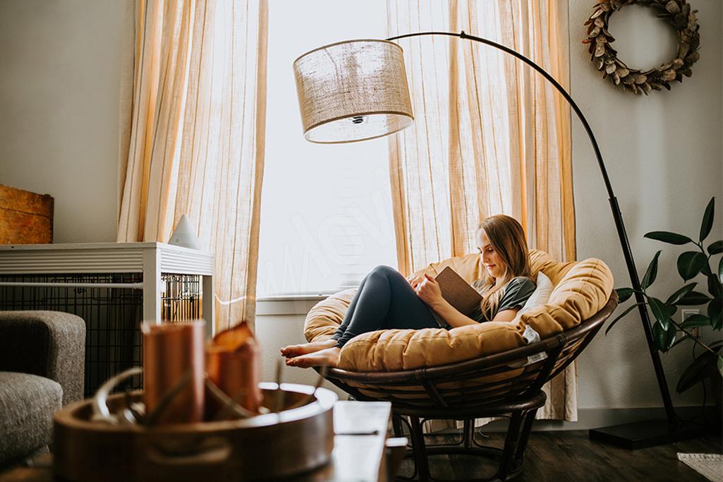 Miękka kanapa czy sofa, będą idealne do czytania książki, która otuli nas swoją miękkością