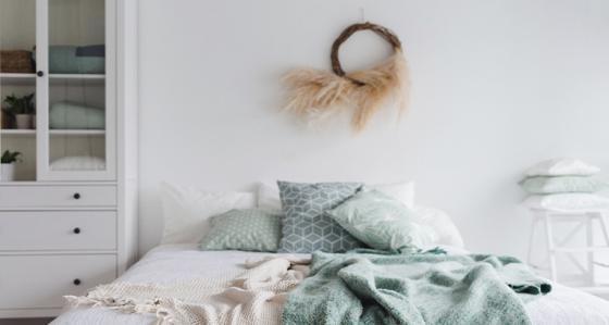 Biała sypialnia – dodatki, dzięki którym dodasz temu wnętrzu ciepła
