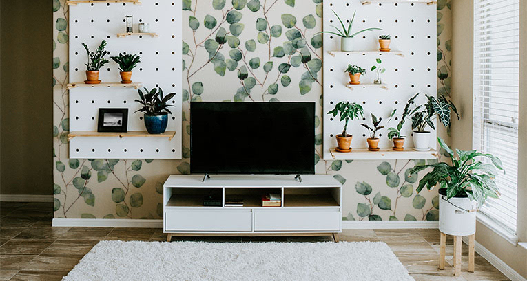 Zachwycająca dekoracja ściany z telewizorem – trzy najlepsze aranżacje