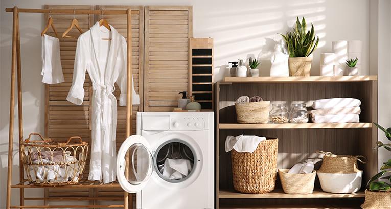 Jak ożywić beżowo-brązową łazienkę? Kilka sprytnych trików