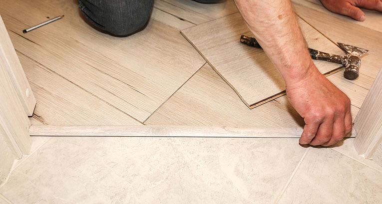 Jak zamontować listwy podłogowe? Można to zrobić bez pomocy fachowca!