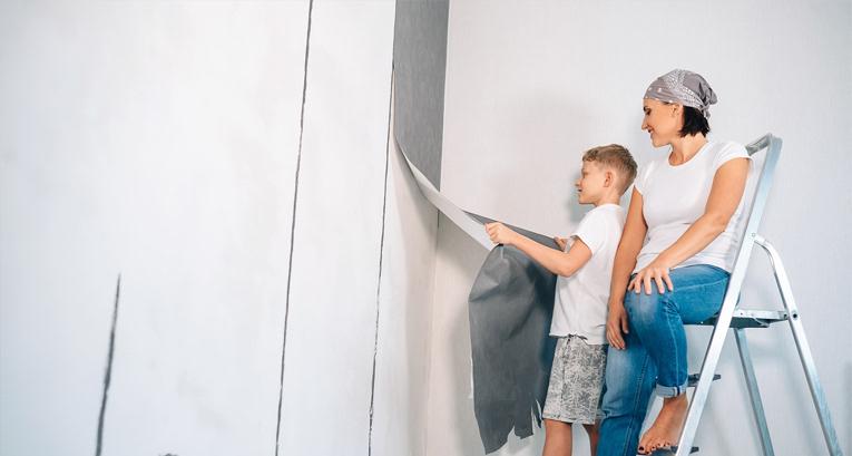 Podpowiadamy, jak zerwać tapetę, by nie zniszczyć ściany
