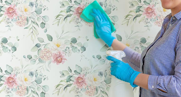 Jak zmyć klej z tapety? Znamy najskuteczniejsze sposoby!