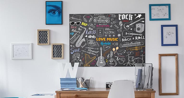 Plakaty muzyczne w pokoju nastolatka