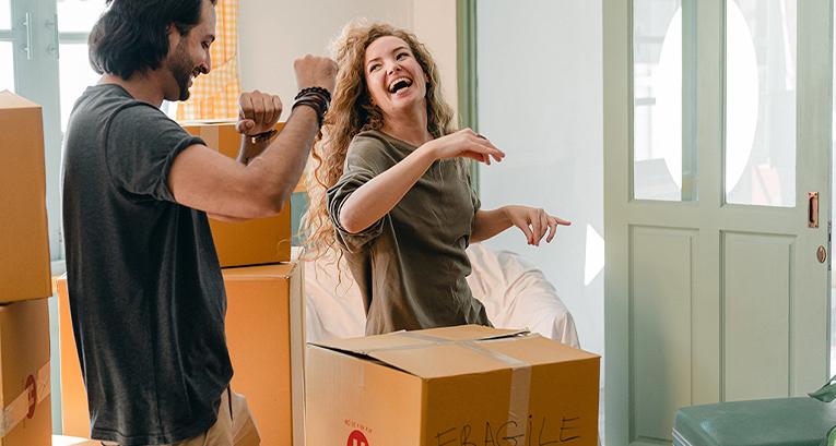 Pierwsza wyprowadzka z domu – co zabrać na studia i jak urządzić nowe mieszkanie?