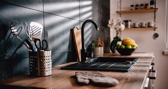 Wprowadź czarne dodatki do kuchni, by odświeżyć wnętrze w jedno popołudnie!