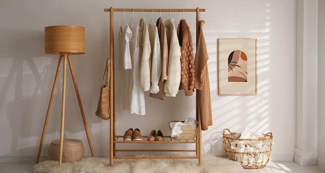 Mała garderoba. Jak urządzić to pomieszczenie? Podpowiedzi ekspertów