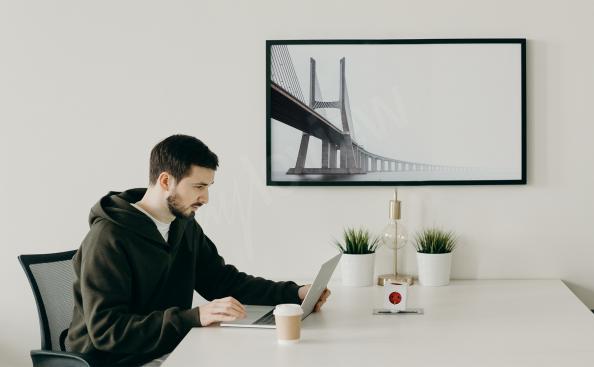 Monochromatyczny plakat most