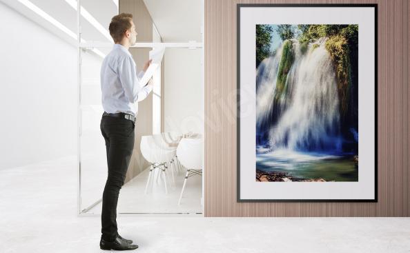 Plakat wodospad wśród przyrody