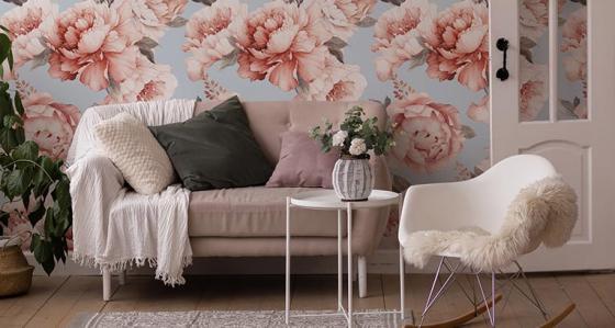 Tapeta w kwiaty w salonie – 7 wyjątkowych wzorów, które warto rozważyć